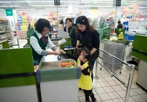 3岁孩子把玩具放口袋忘付钱,被超市经理训斥,妈妈的做法被称赞