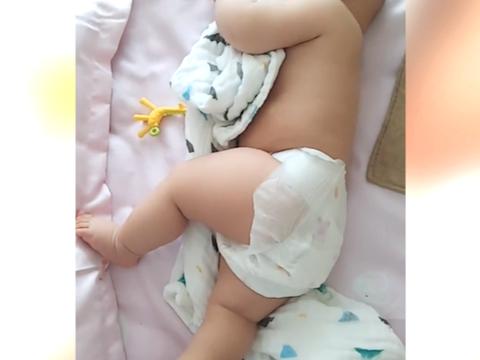 妈妈看到宝宝这个睡姿,真是太佩服了,但是睡久了会不会胳膊疼