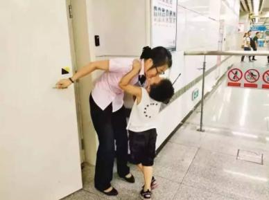 坚强的宝妈带娃上班走红!网友感叹:女子本弱,为母则刚