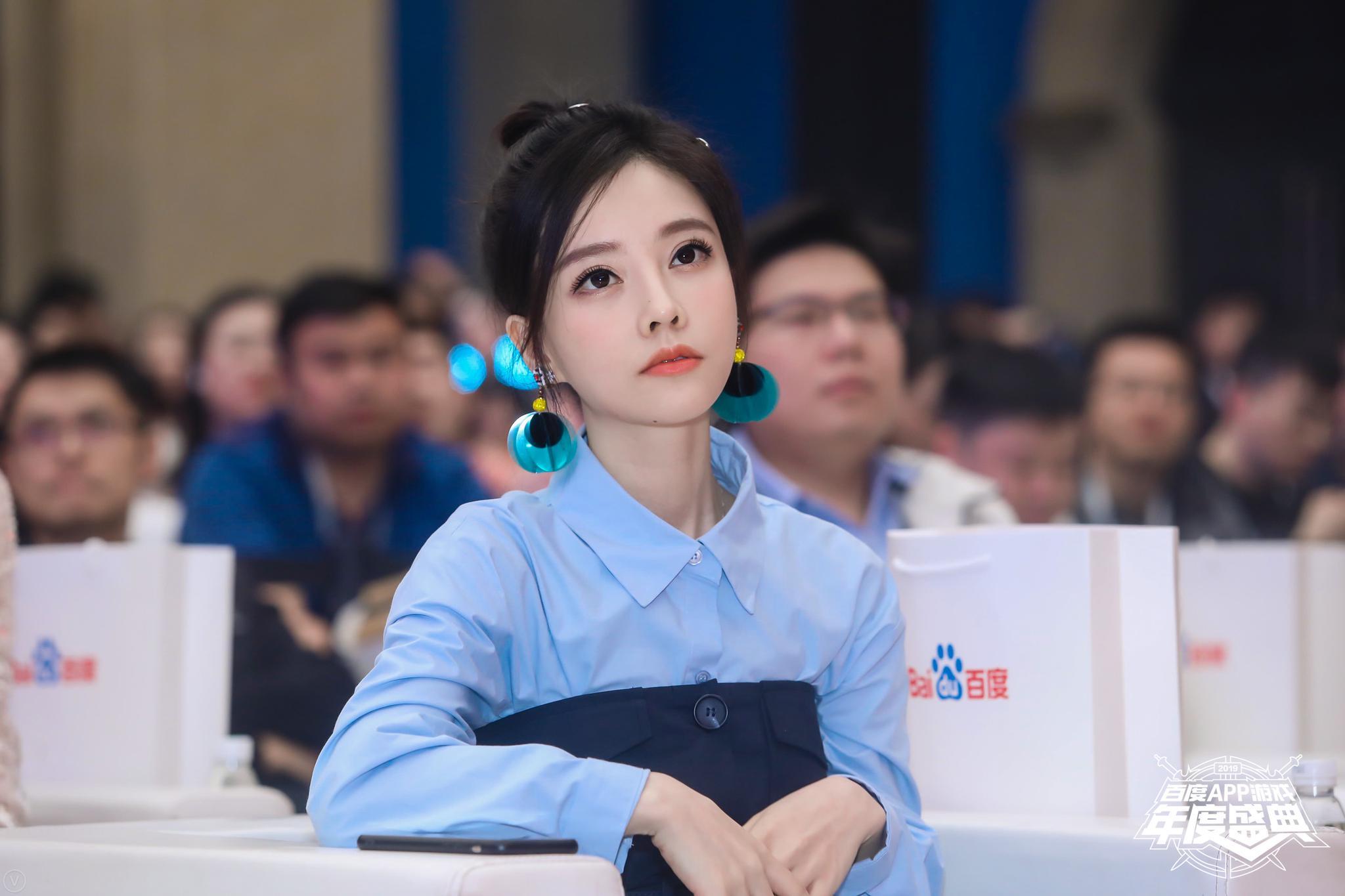 冯提莫亮相电竞盛典摘得两项殊荣 复古衬衫裙造型温柔知性