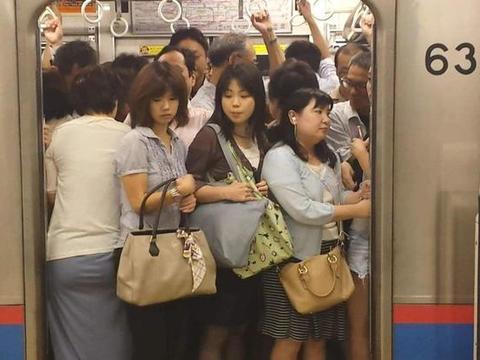 """日本地铁那么多,为何还会是上班族""""噩梦""""?美女:你开车试试"""