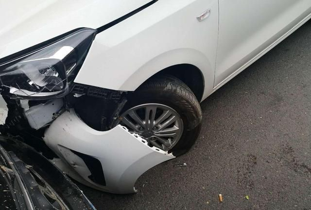 路边停车被撞坏,是先报警还是先叫保险?顺序出错,一分都不赔