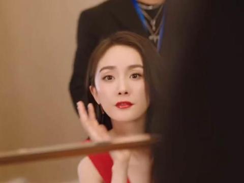 """33岁杨幂工作太拼了,化妆时还在看剧本,""""淑女坐姿""""太撩人"""