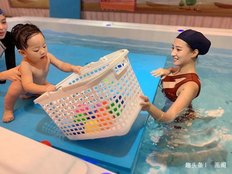 林采缇穿泳衣陪孩子玩水妈妈好正 :好厉害