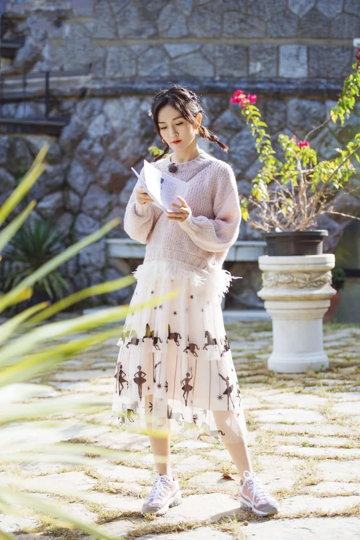 39岁谢娜穿条纹长裙演绎异域风情,梳七彩脏辫配橘色开衫,太显嫩