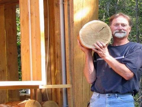 他把圆木铺在地上,大家都很奇怪,看到最后却惊讶不已