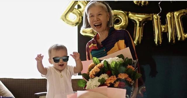 周杰伦豪宅聚会掌镜为妈妈拍照,妈妈满头白发仍潮范十足不输儿子