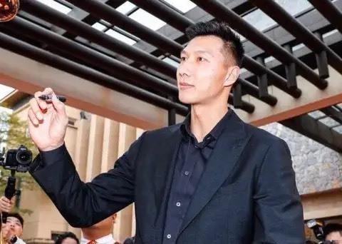惊艳!cba最强锋卫颜值力压易建联,网友:他比郭艾伦更帅?