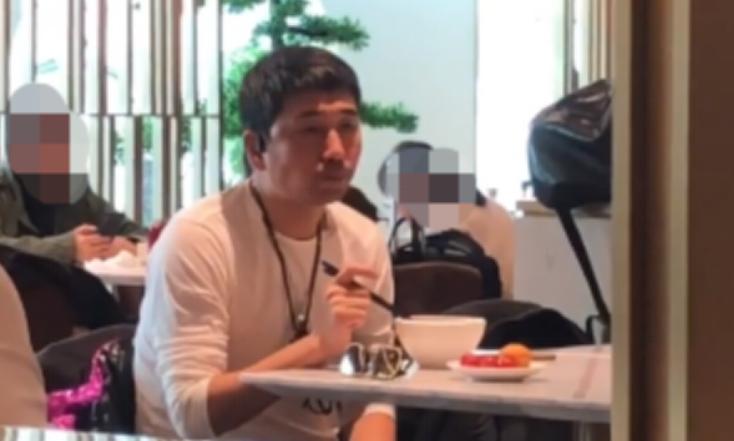 """48岁沙宝亮机场独自吃饭,打扮邋遢成""""路人"""",无人认出显凄凉"""