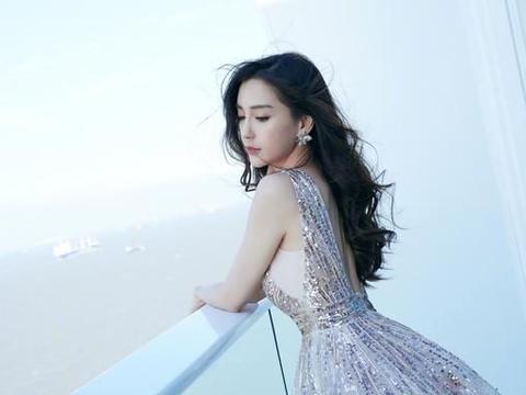 杨颖首次尝试清宫造型,身穿对襟凤凰刺绣装,一颦一笑皆是风景
