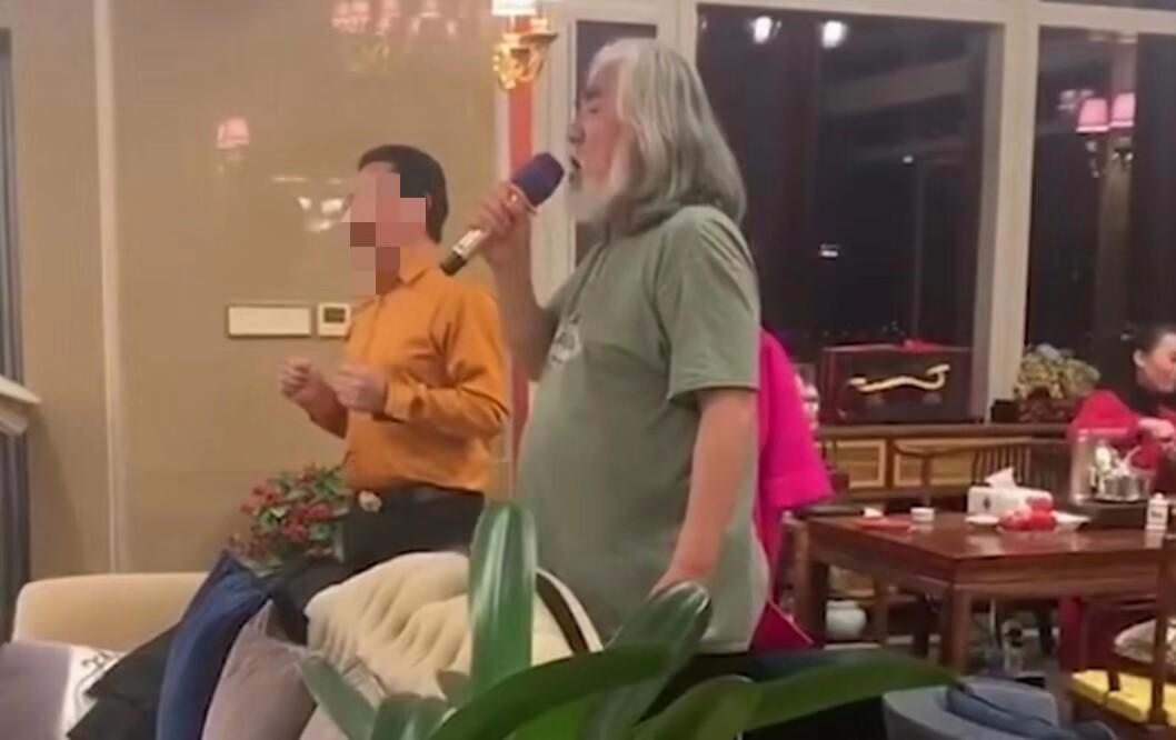 68岁张纪中劲歌热舞,肚子赘肉也一起颤动!还意外曝光了自家豪宅