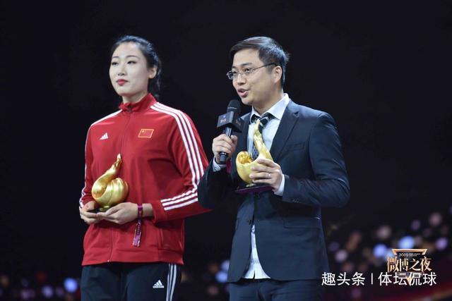 美!刘晏含代表中国女排登台领奖,妆容精致明艳动人,像大明星!