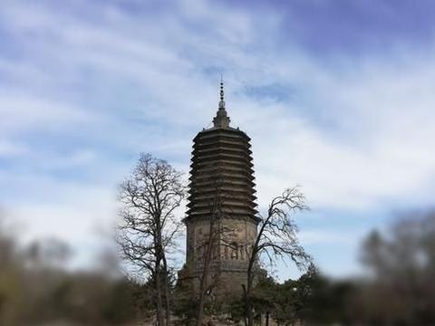 辽阳有一座白塔,辽代建的,为了观塔当地还修了一个公园