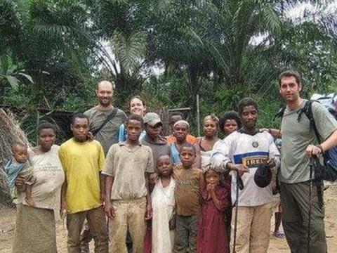 """非洲最神秘的""""小矮人""""部落,用芭蕉叶搭房子,8岁基本发育成熟"""