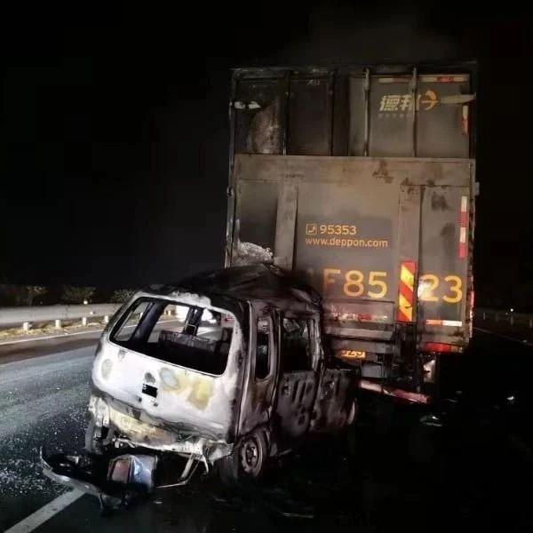 刚刚!桂柳高速高顶篷追尾大货车起火 ,司机被困车内不幸身亡