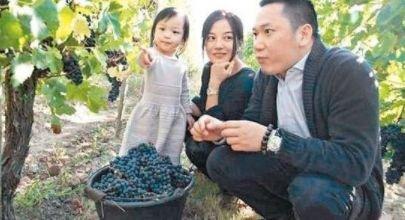 赵薇19年前差点嫁给了他,如今赵薇嫁给黄有龙,他成了三个孩子爸