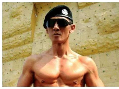 他曾是成奎安,郑伊健的保镖,广告里的人肉背景,如今成荧屏第一