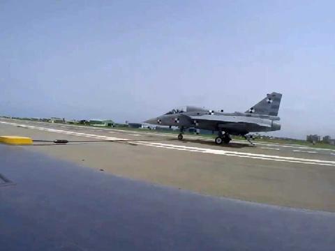 印度官员自爆家丑,国产舰载机首降没达标,本应勾住第二根阻拦索
