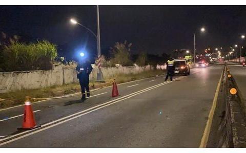 新北男子骑机车自撞路灯杆 当场摔飞倒地伤重不治身亡