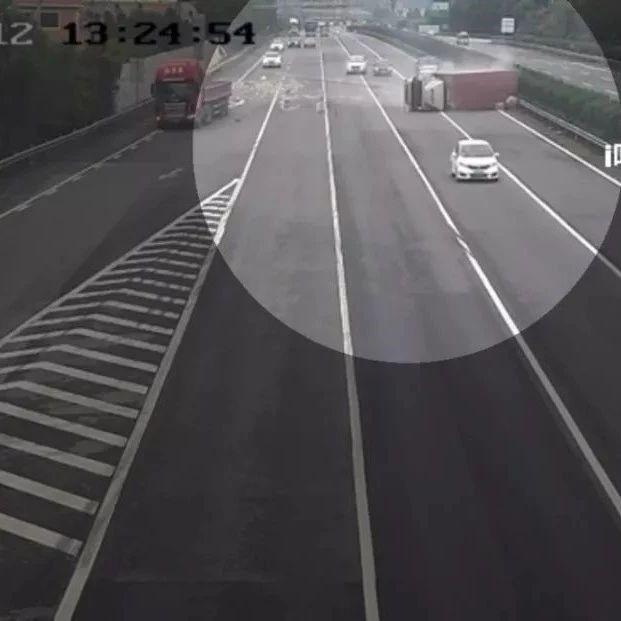 视频惊心!厦门高速四车相撞,一车360°旋转翻车!司机千万别这样做...