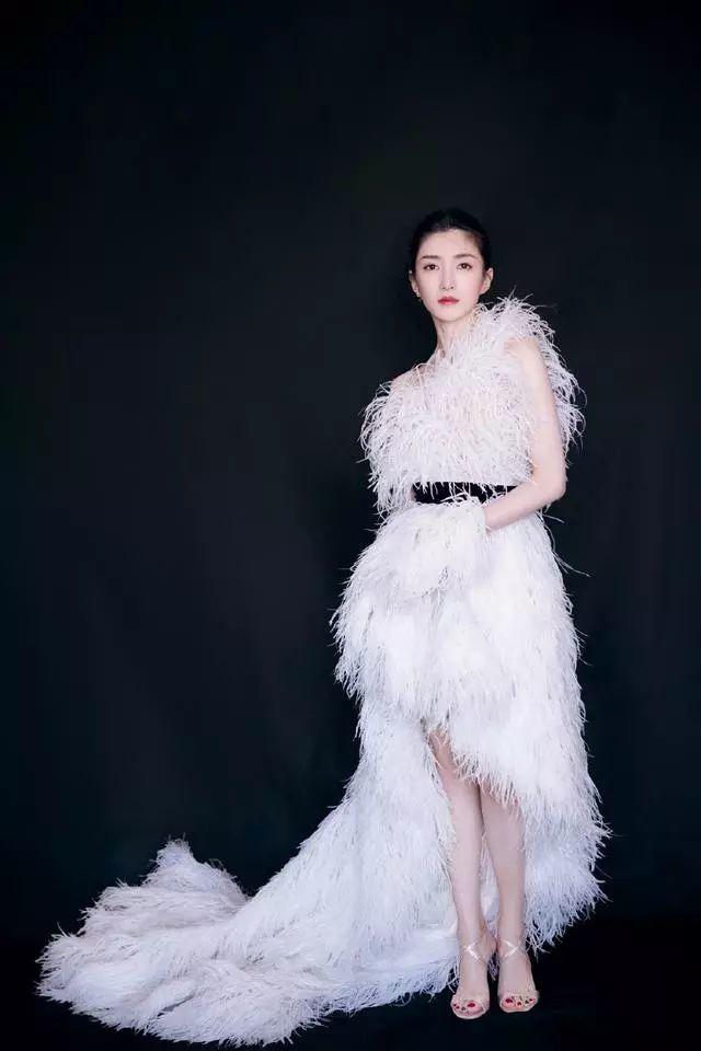 她是胡歌公开承认的女友之一,穿7万8的羽毛裙,优雅得像天鹅