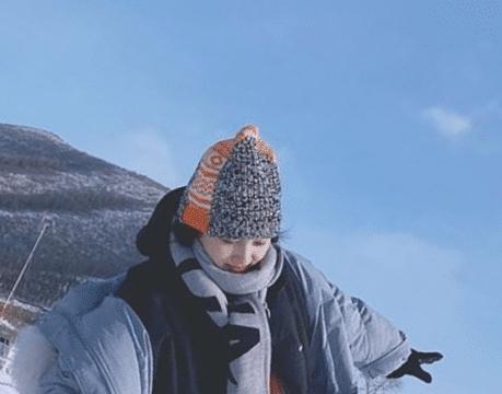 关晓彤真敢穿,两件羽绒服叠穿就算了,这雪地靴一般人不敢碰