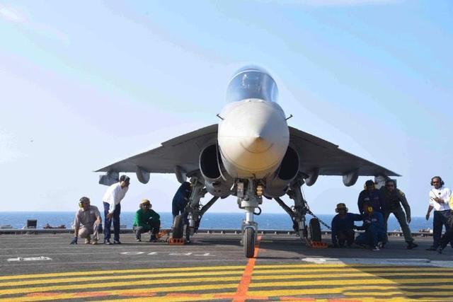 印度炫耀国产舰载机成功,当着052D舰的面挑衅,莫迪:这就是实力