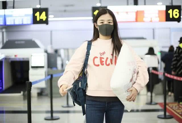 张含韵素颜走机场,虽然累出眼袋,但笑起来仍让人心跳停一拍
