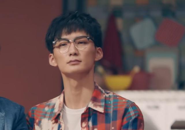 """有种""""逆袭""""叫爱情公寓的赵海棠,摘下眼镜穿学士服,撞脸于小彤"""