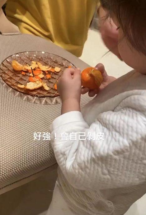 赌王2岁孙女疑曝光,何超莲晒萌娃侧脸,赞其会自己剥橘子皮很强