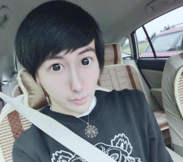 刘梓晨是女装出道的?看到那些辣眼的照片,居然还有点美丽