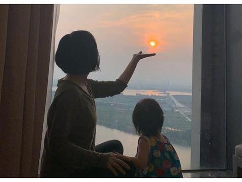 孙怡2岁女儿深受婆婆王京花宠爱 小姑娘暴风成长 大长腿十分抢镜