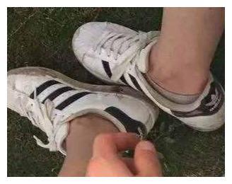 小白鞋脏了、臭了很难洗?洗鞋时用个小绝招,很快像新的一样洁白