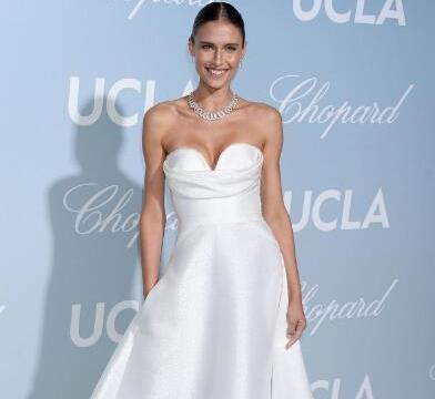 美国模特费尔南达·丽兹一袭白色长裙出席好莱坞时尚活动