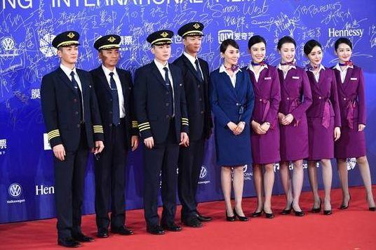她是人大附中最美毕业生,现《中国机长》饰演乘务员,气质压全场