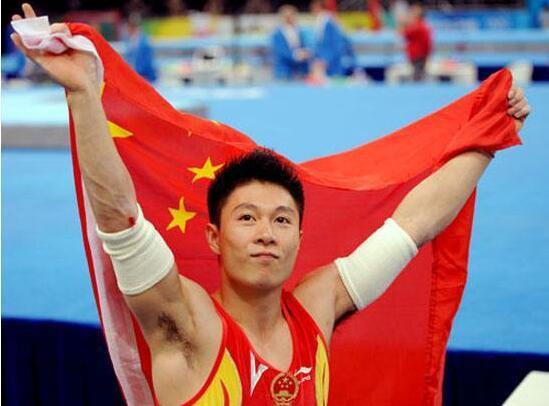 他打破李宁的记录,是中国体操获得冠军最多的人,退役后家庭圆满