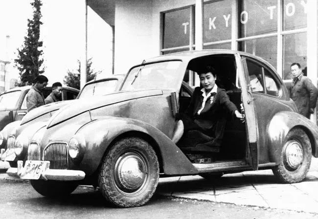 二战后日本老照片,日本女子乘坐丰田,裕仁看望小学生 <wbr>