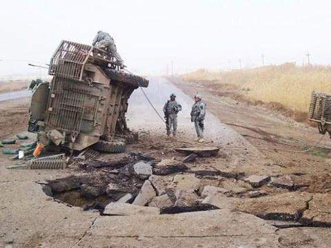 屋漏偏逢连阴雨, 美军驻外基地刚刚遭袭,自家装甲车又被炸翻天