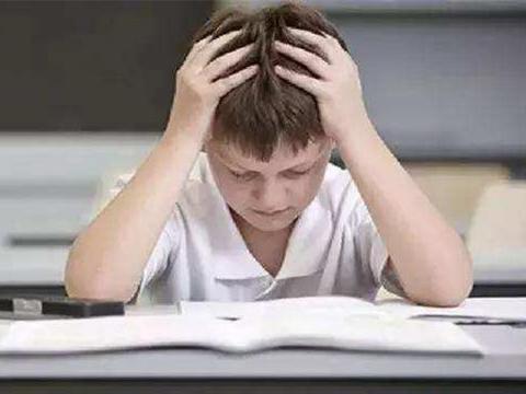 当孩子诉说反复梦到考试的场景时,这说明孩子对考试有了焦虑感