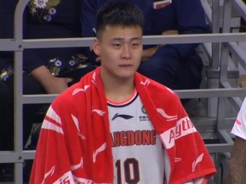 双手拉起对手显暖心!20岁小将逗乐赵睿、威姆斯,他会被处罚吗?