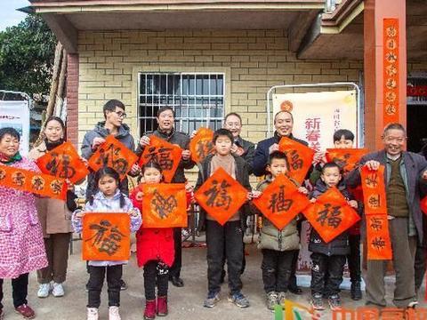 四川文理学院师生为村民写春联送祝福