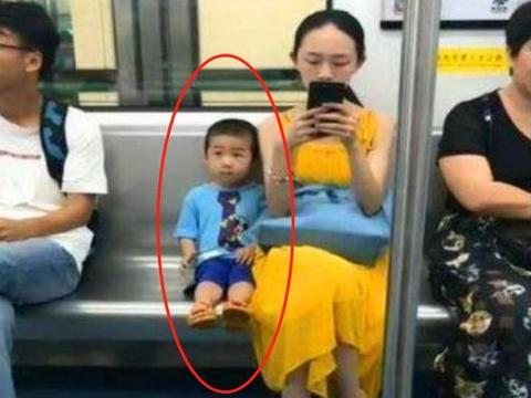 """地铁上这几张偷拍照,引发网友热议,网友:这才叫高级别""""炫富"""""""