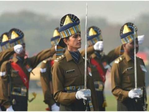 印度阅兵女军官指挥全男性方队英姿飒爽,高颜值大长腿生活照曝光