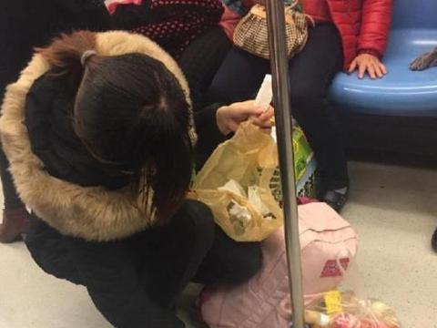 """90后宝妈地铁上被""""偷拍"""",传到网上后,网友纷纷点赞:真美"""