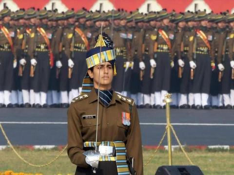 印度女指挥官走红:1人指挥全男性方队,英姿飒爽生活照十分吸睛