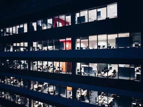 年薪400万员工想跳槽回国 国内网友:回来吧 工资低996但是有福报