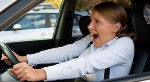 高速公路上刹车突然失灵,可以拉电子手刹吗?关键时刻很有用