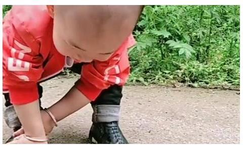 """""""最讲究宝宝""""为自己擦鞋走红,这是准备去丈母娘家提亲了?"""