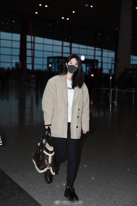 李菲儿真奢侈,拎2万包配2千旅行袋走出机场,网友:像是赶春运