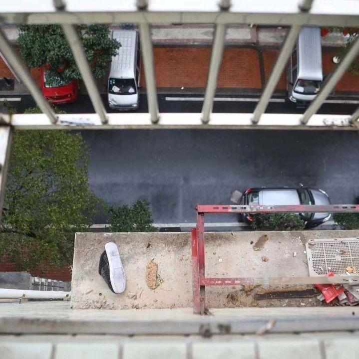女子踩防盗窗擦玻璃,儿子跑出来发现妈妈不见了,只留下一只鞋……